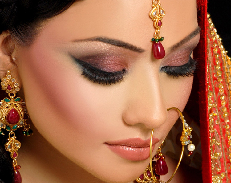 Go Smudge Your Eyes With Thick Eyeliner And Throw In Metallic Shades Of Silver Eyeshadow Along